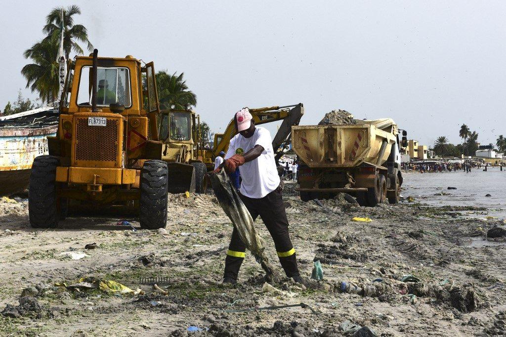 Volunteers clean up a beach in Dakar's highly populated Hann Bay
