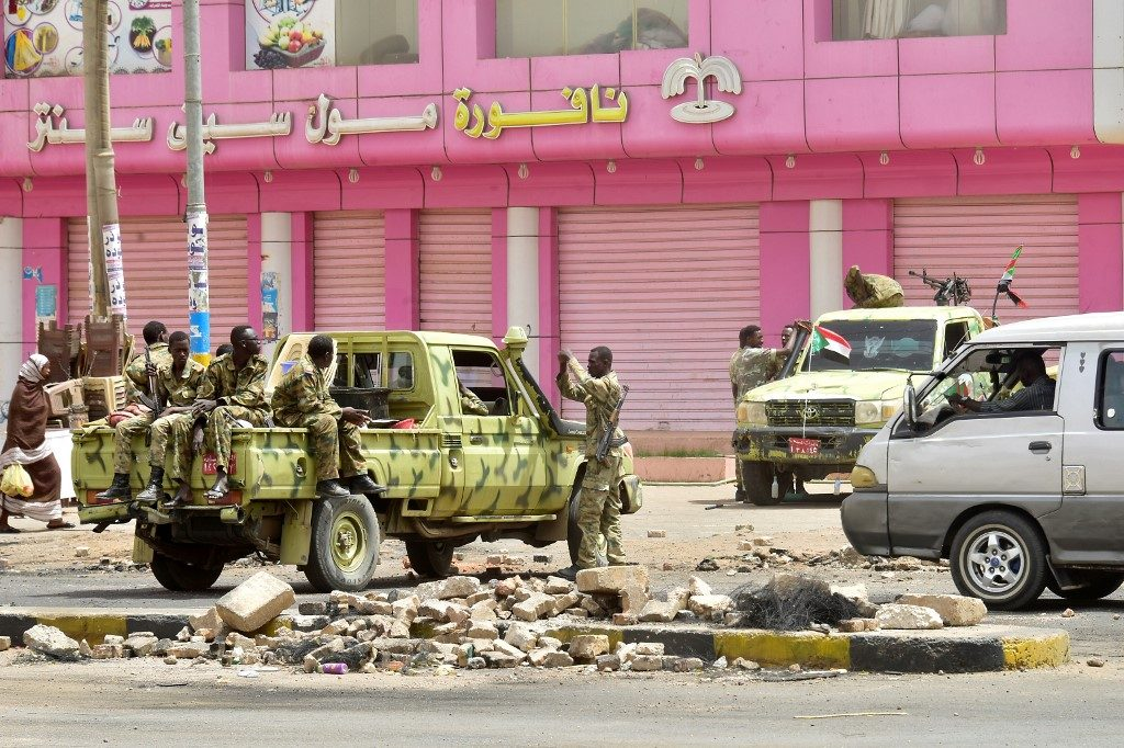 Sudanese soldiers stand guard a street in Khartoum on June 9, 2019. - Sudanese police fired tear gas Sunday at protesters taking part in the first day of a civil disobedience