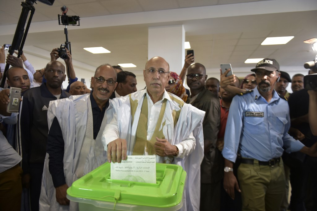 Presidential candidate Mohamed Ould Ghazouani (C) casts his ballot at a polling station on June 22, 2019. He later declared himself the winner at the polls