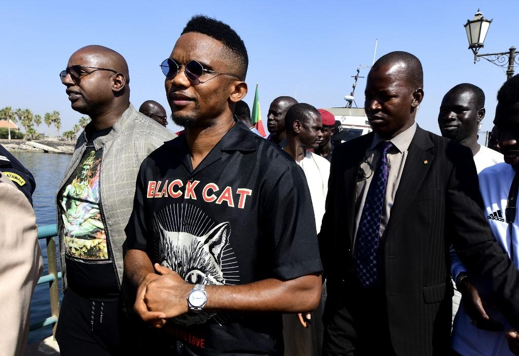 Cameroon's Samuel Eto'o (C) arrives on Goree Island off the coast of Dakar on January 7, 2019, ahead of the CAF 2018 awards