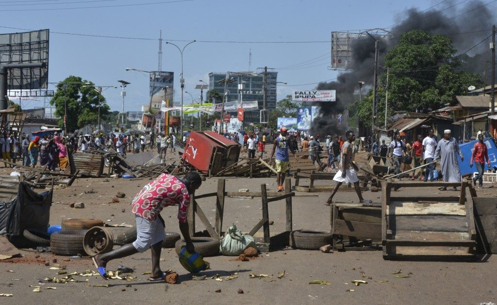 Protesters set up barricades during the funeral after the last street protests and unrest that resulted in nine deaths in Conakry, on November 4, 2019.
