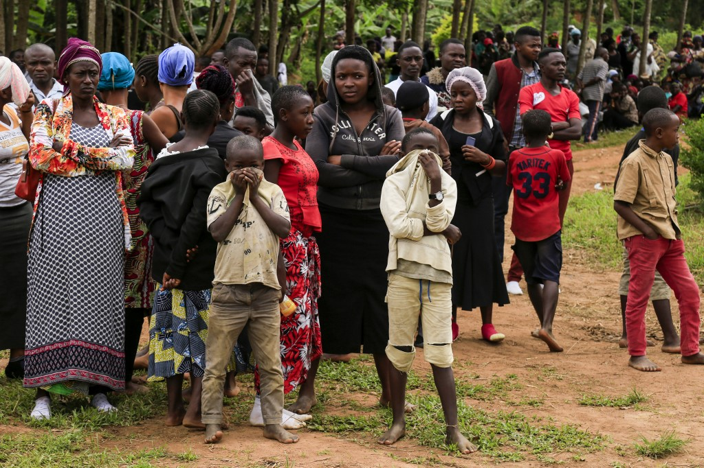 Hundreds gather as DR Congo buries massacre victims