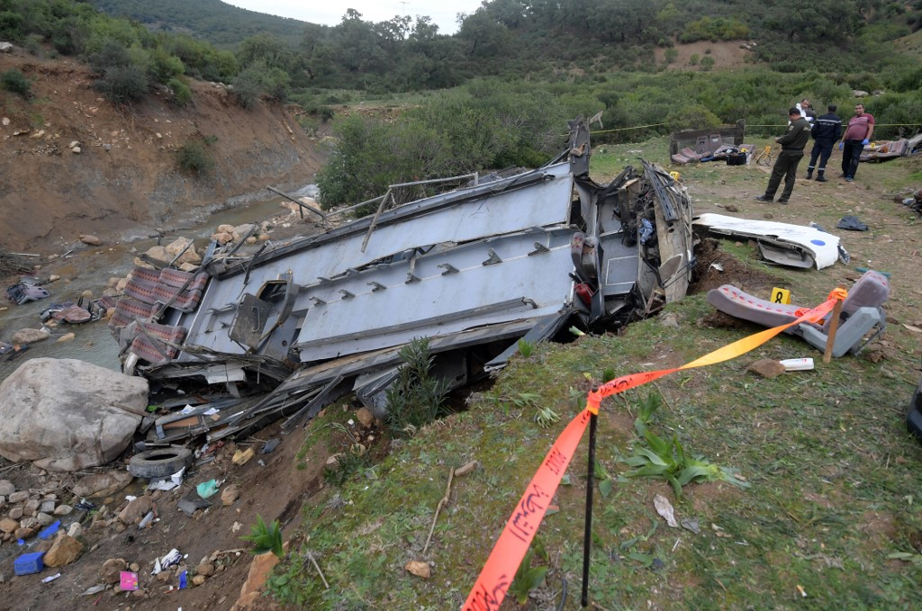 Tunisian security forces check the debris of a bus that plunged over a cliff into a ravine, in Ain Snoussi in northern Tunisia on December 1, 2019. - The bus, with 43 people on board had set off from the capital Tunis to the mountain town of Ain Draham, the tourism ministry said.